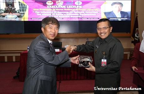 Professor Kwon Heon chul dari Universitas Pertahanan Nasional Korea Selatan (KNDU) berikan Kuliah Umum di depan Mahasiswa Unhan