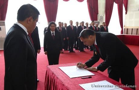 Rektor Unhan Melantik dan Mengambil Sumpah  Dekan Fakultas Teknologi Pertahanan Unhan