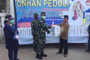Rektor Unhan beserta Ibu Amarulla Octavian Menyerahkan Bantuan Makanan Siap Saji untuk Berbuka bagi Masyarakat Kelurahan Kamal, Kalideres