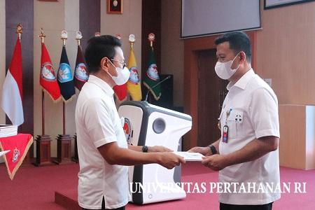 Penyerahan Sertifikat dari Persatuan Insinyur Indonesia (PII) kepada Rektor, Pejabat Eselon I dan Dosen Unhan